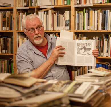 Prof. Joosten at a literary evening in PeNCIL (Photo: lensescape.org)